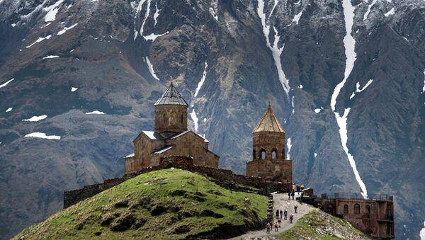 Троицкая церковь в поселке Гергети на склоне горы Казбек в Грузии