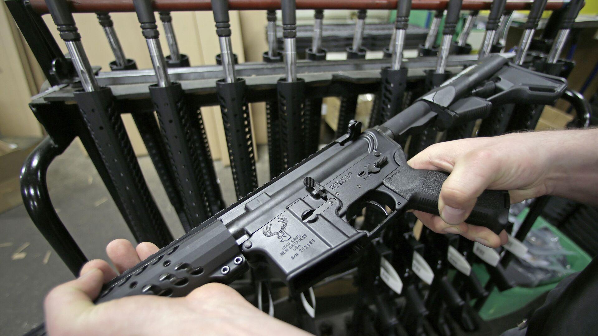 Поуавтоматическая штурмовая винтовка Colt AR-15 в одном из оружейных магазинов штата Коннектикут, США - РИА Новости, 1920, 16.01.2021