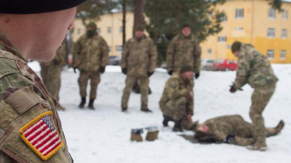 Американский военный наблюдает за тренировкой солдат ВСУ на Яворовском полигоне во Львовской области