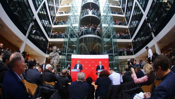 Дитмар Ниетан и Олаф Шольц из Социал-демократической партии Германии во время объявления результатов голосования за возможную коалицию между СДП и Христианско-демократическим союзом. 4 марта 2018