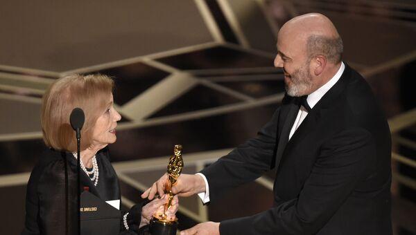 Эва Мари Сейнт получает премию Оскар за лучший дизайн костюмов, фильм Призрачная нить. 05.03.2015
