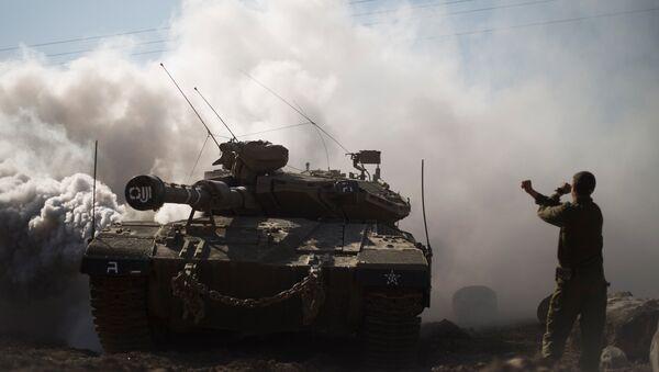 Израильский солдат и танк на Голанских высотах в районе границы с Сирией