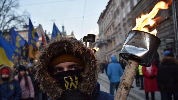 Участник факельного шествия активистов праворадикальных организаций во Львове. Архивное фото