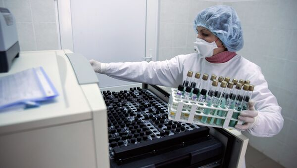 Медицинский сотрудник в лаборатории с образцами для анализа на туберкулез на Украине. Архивное фото