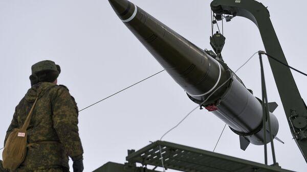 Пуск баллистической ракеты ОТРК Искандер-М на полигоне Капустин Яр. Архивное фото