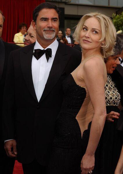 Американская актриса Шэрон Стоун и ее муж Фил Бронштейн на 74-й ежегодную Annual Academy Awards в театре Kodak в Голливуде, Калифорния. 24 марта 2002 года
