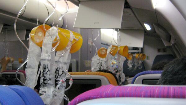 Кислородные маски в салоне самолета. Архивное фото