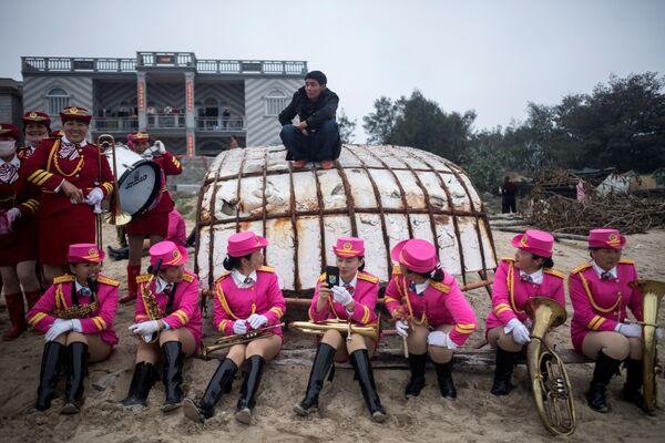 Оркестр во время перерыв на пляже деревни Фую на острове Нанри в китайской провинции Фуцзянь