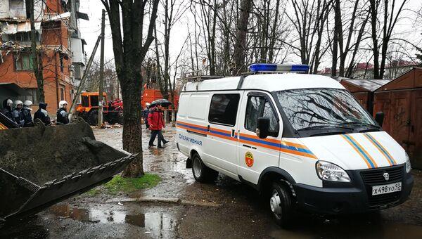 Автомобиль МЧС рядом с жилым домом на Славянской улице в Краснодаре, где произошел взрыв газа. 10 марта 2018