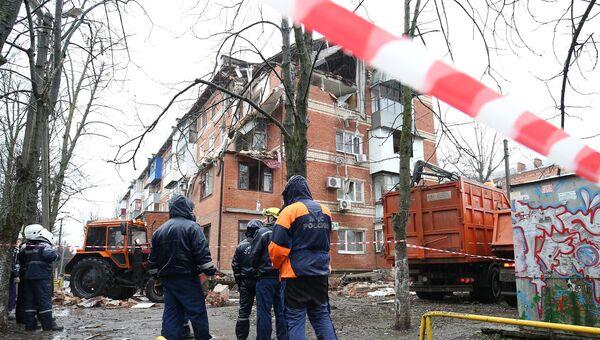 Сотрудники МЧС рядом с жилым домом на Славянской улице в Краснодаре, где произошел взрыв газа. 10 марта 2018