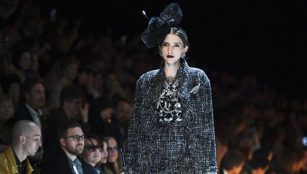 d406e60465a7 Модель демонстрирует одежду из новой коллекции дизайнера Вячеслава Зайцева  в рамках Mercedes-Benz Fashion Week