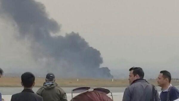 Столб дыма на месте крушения пассажирского лайнера в Непале