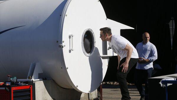 Илон Маск заглядывает в испытательный трек Hyperloop в Калифорнии. Архивное фото