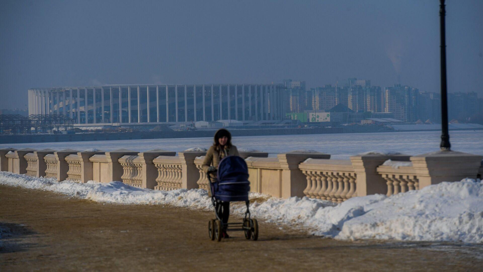 Женщина с коляской гуляет по набережной в Нижнем Новгороде - РИА Новости, 1920, 04.12.2020