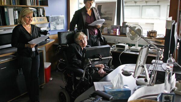 Британский физик-теоретик Cтивен Хокинг с дочерью Люси и Кристофером Гальфардом в Центре математических наук в Кембридже