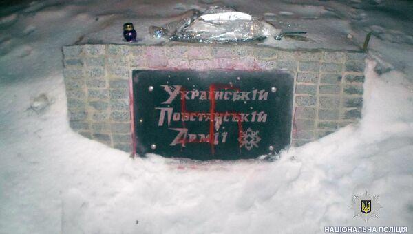 Неизвестные разрисовали красной краской памятник бойцам УПА* в Харькове. 13 марта 2018