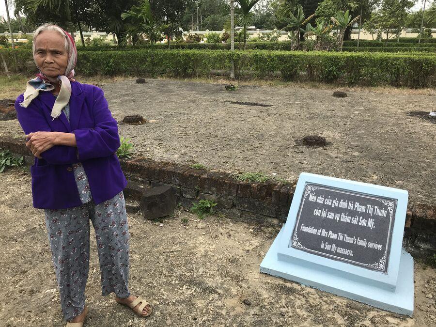 Пам Ти Туан на месте остатков ее дома