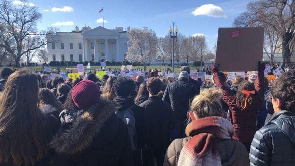 Акция американских школьников у Белого дома против оружия после расстрела 17 учеников во Флориде. 14 марта 2018