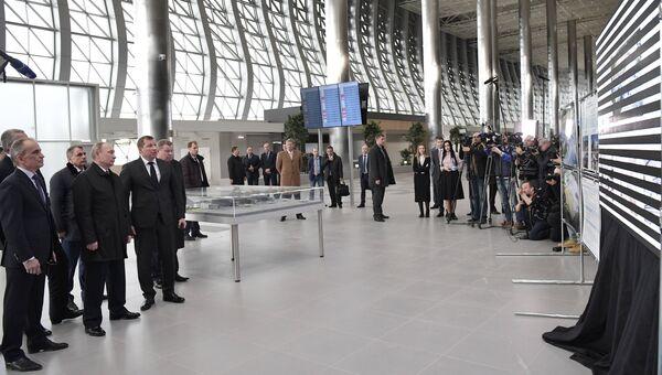 Президент РФ Владимир Путин во время осмотра нового аэровокзального комплекса международного аэропорта Симферополь. 14 марта 2018