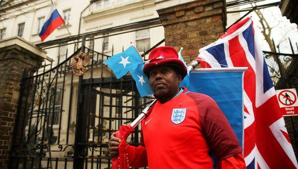 Английский футбольный болельщик у здания консульского отдела посольства РФ в Лондоне, Великобритания