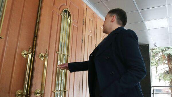 Депутат Верховной рады Украины Надежда Савченко у входа в здание СБУ в Киеве. 15 марта 2018