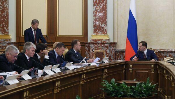 Председатель правительства РФ Дмитрий Медведев слушает выступление министра сельского хозяйства РФ Александра Ткачева заседание правительства РФ. 15 марта 2018