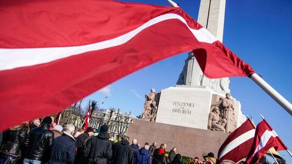 Участники марша бывших латышских легионеров Ваффен СС и их сторонников у памятника Свободы в Риге. Архивное фото