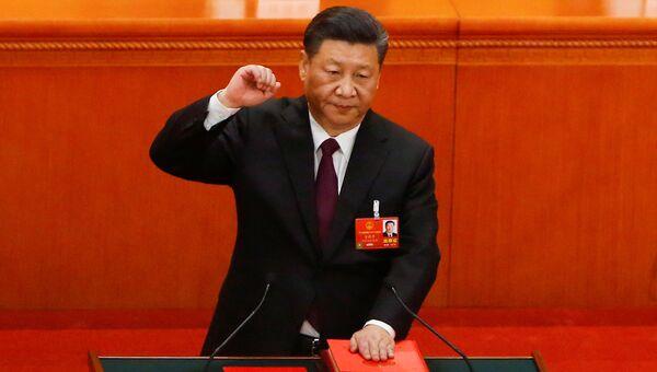 Председатель КНР Си Цзиньпин приносит присягу после переизбрания еще на один пятилетний срок в Пекине, Китай. 17 марта 2018
