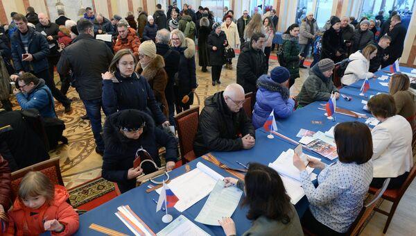 Избиратели на выборах президента РФ на избирательном участке в посольстве РФ в Минске. 18 марта 2018