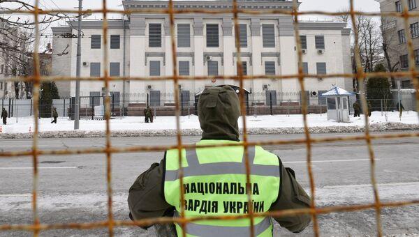 Сотрудники МВД Украины блокируют здание посольства РФ в Киеве в связи с выборами президента РФ