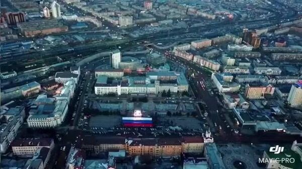 Триколор весом 600 кг на главной площади Улан-Удэ в день выборов. 18 марта 2018