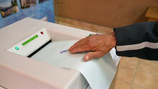 Комплекс обработки избирательных бюллетеней во время выборов президента. Архивное фото