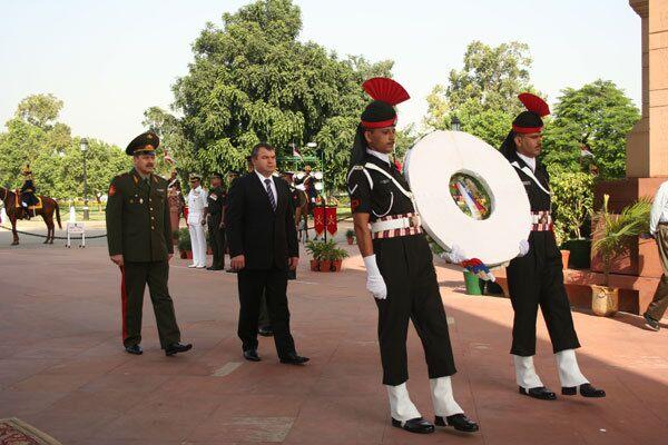 Министр обороны РФ Анатолий Сердюков на возложении венка у вечного огня в Нью-Дели во время официального визита в Индию - 29 сентября 2008 года.