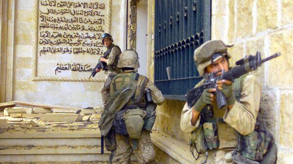 Морские пехотинцы США перед входом в один из дворцов Саддама Хусейна. 9 апреля 2003 года