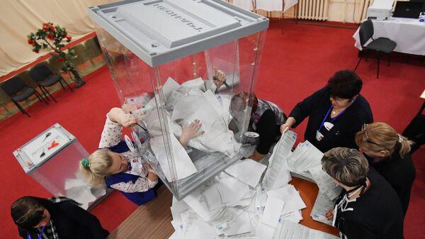 Подсчет голосов на выборах президента РФ  в участковой избирательной комиссии в Симферополе