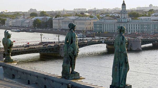Скульпуры на крыше Эрмитажа. Вид на Дворцовый мост