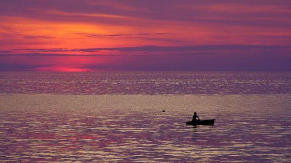 Рыбак в лодке. Архивное фото