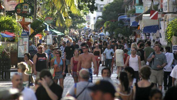 Туристы гуляют по улицам Плая-дель-Кармен в Мексике