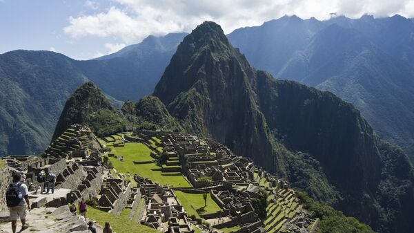 Вид на гору Уайна-Пикчу и руины древнего города Мачу-Пикчу