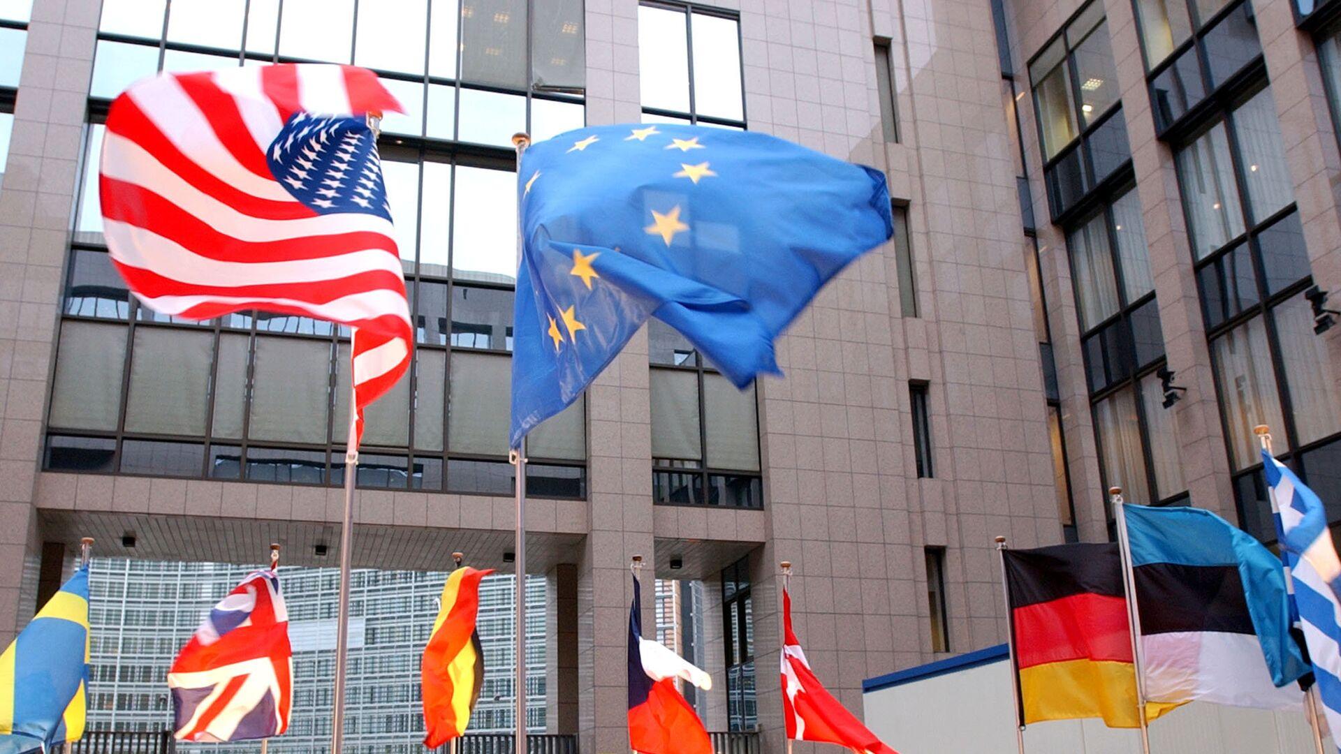 Флаги ЕС и США на здании Европейского парламента в Брюсселе  - РИА Новости, 1920, 17.09.2020