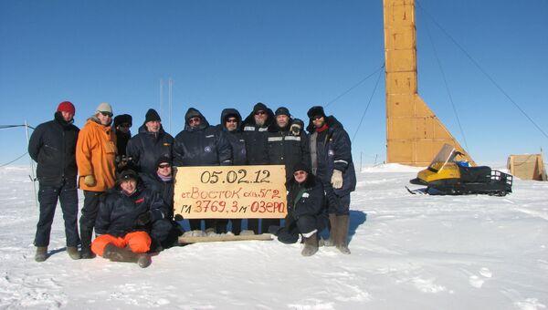 Станция Восток, Антарктида. Экспедиция на фоне буровой вышки 5Г