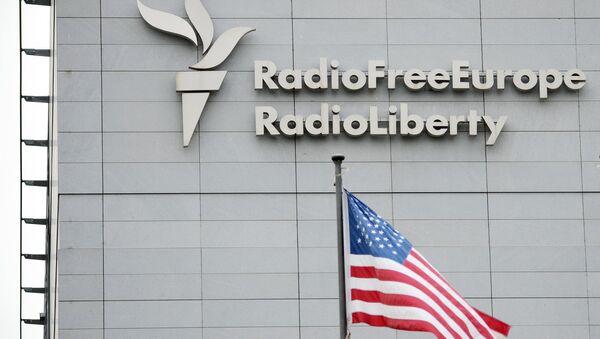 Вывеска на здании штаб-квартиры международной радиовещательной организации Радио Свободная Европа в Праге. Архивное фото