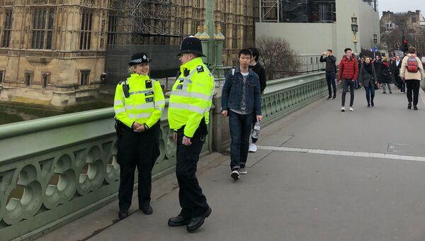 Полицейские на Вестминстерском мосту в годовщину трагических событий в Лондоне. Архивное фото