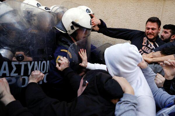 Столкновения во время акции протеста против проведения электронных аукционов недвижимости в Афинах