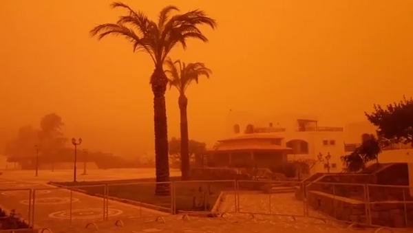 Последствия песчаной бури из Африки на острове Крит, Греция. 22 марта 2018
