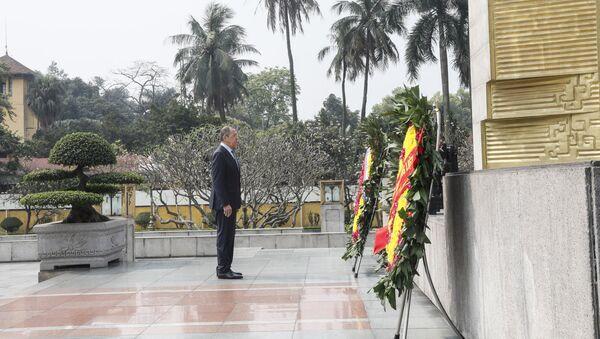 Сергей Лавров возлагает цветы к мемориалу павшим героям, Ханой, Вьетнам. 23 марта 2018