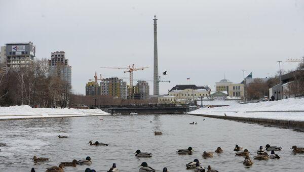 Недостроенная телебашня высотой 210 метров в центе Екатеринбурга. Архивное фото