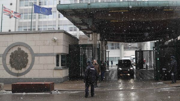 Автомобили выезжают с территории посольства Великобритании в Москве. 23 марта 2018