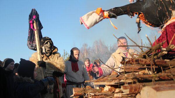 Церемония погребения чучела Зимы на праздновании языческой Масленицы (Комоедицы) в деревне Турейка Наро-Фоминского района Московской области