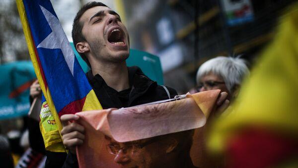 Участник акции протеста в Барселоне против задержания в Германии бывшего председателя правительства Каталонии Карлеса Пучдемона
